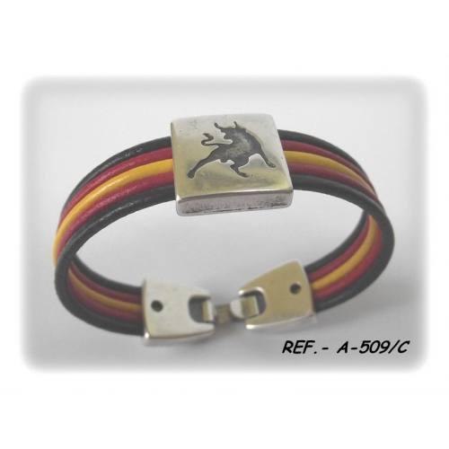 bbb40374635a Pulsera con cinco cordones de cuero. Los tres del centro forman la bandera  de España