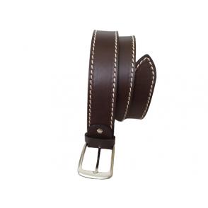 Cinturón de cuero en color marrón para hombre.